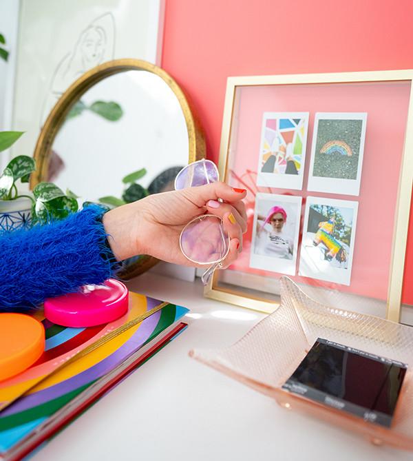 מסגרת שקופה עם 4 תמונות פולרויד, יד  אוחזת במשקפים, מראה