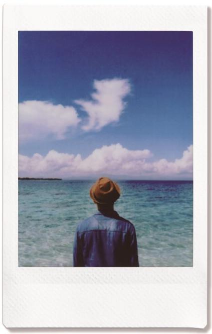 איש מסתכל לים- צילום אינסטקס