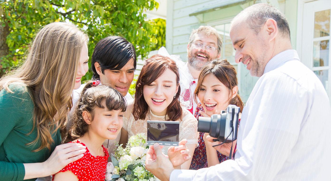 כל המשפחה מצטלמת עם אינסטקס WIDE 300