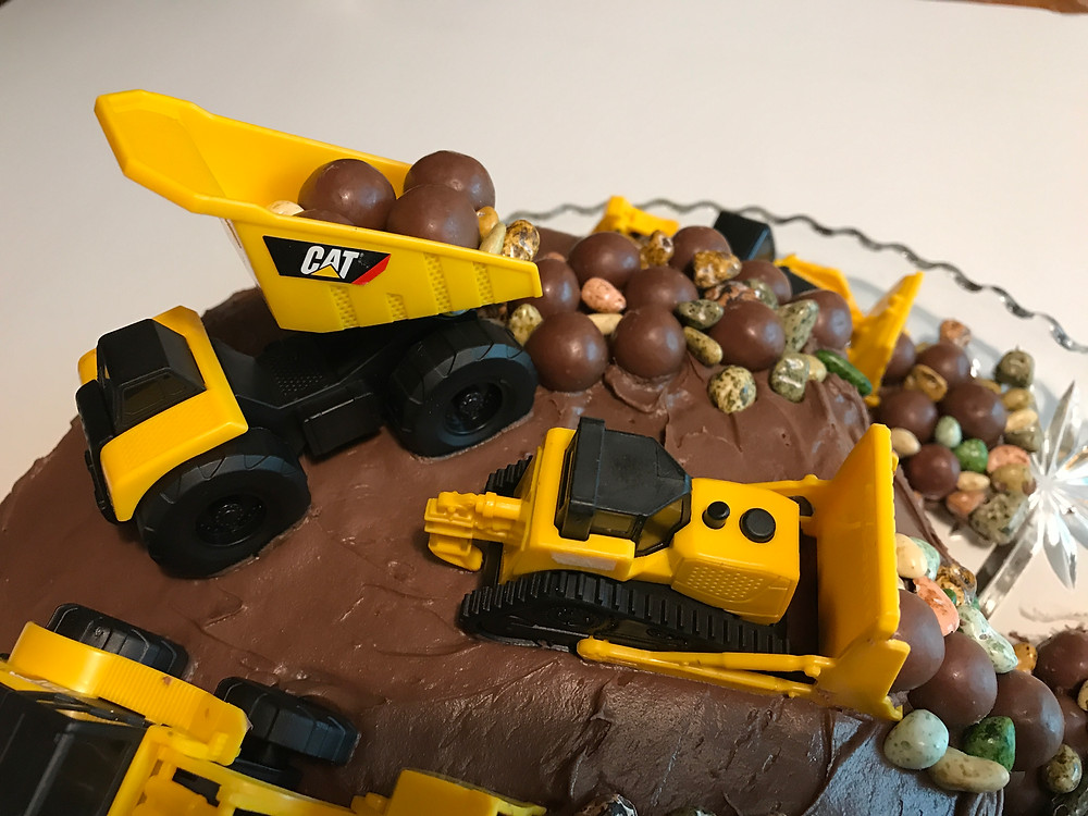 Trucks and rocks on cake top / Make a Construction Site Cake! / www.HoneycombOasis.com