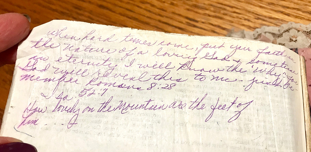 Mom's note in her Bible about when hard times come / Mini Quiet Times with a Loved One with Alzheimer's / www.HoneycombOasis.com