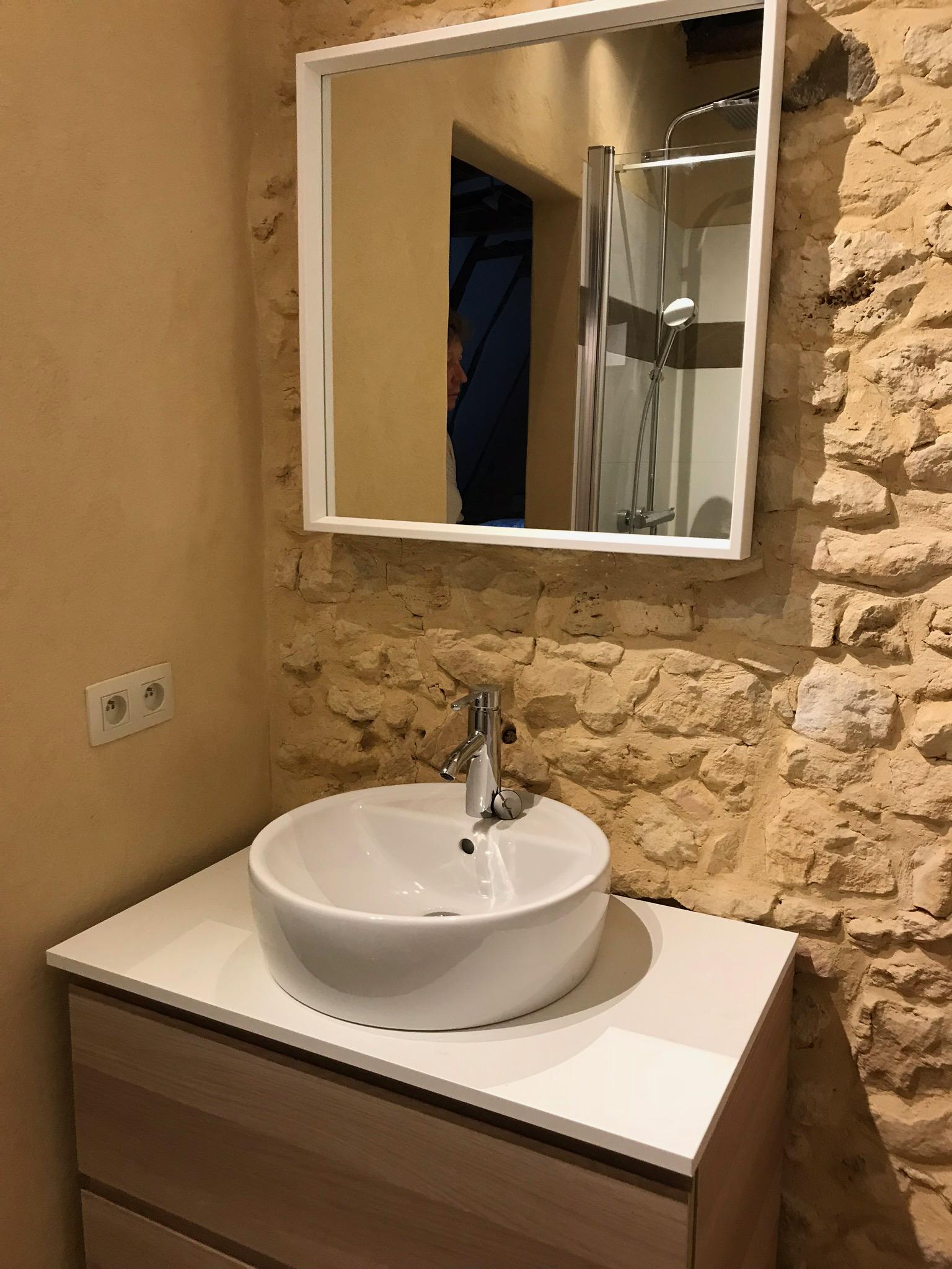 Une salle de douche à l'étage