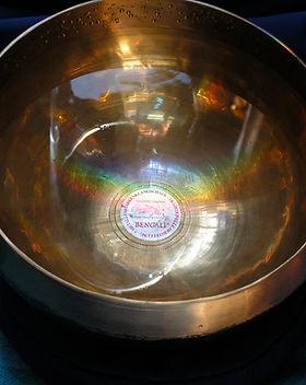 Mit klarem Wasser gefüllte Klangschale als Cover für die Klangmeditation Aura Reinigung