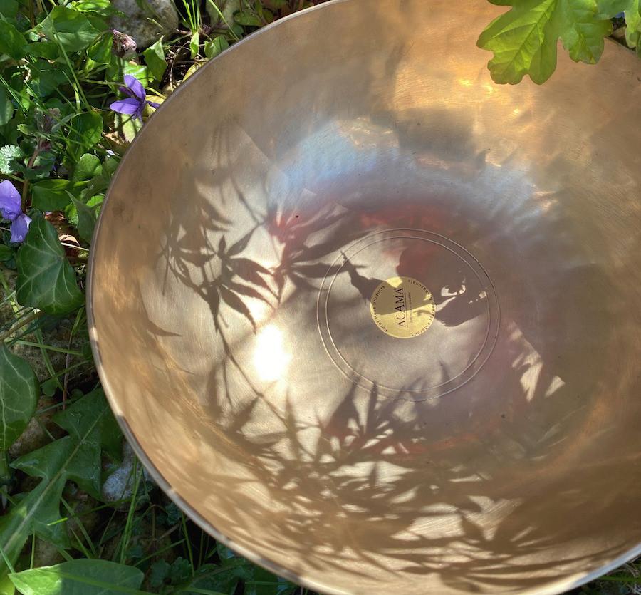Eine Klangschale mit dem Schattenwurf eines japanischen Ahorns