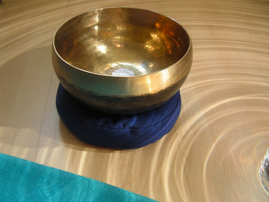 Klangschale in Kreisen aus Licht und Schatten als Symbol für unsere Glaubensmustern in Bezug auf Geld