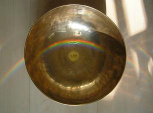 Klangschale und Regenbogen auf Holzboden als Cover für Sound Healing: Raum für Heilung und Meditation