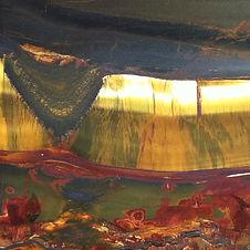 Ein gold, schwarz, roter Halbedelstein als Cover für die Sound Healing Meditation Der Klang der Fülle
