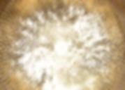 Goldfarbenes Wasserklangbild in einer Beckenklangschale