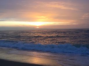 Sonnenuntergang über den Wellen am Strand als Cover für die Sound Healing Meditation Meer & Sansula