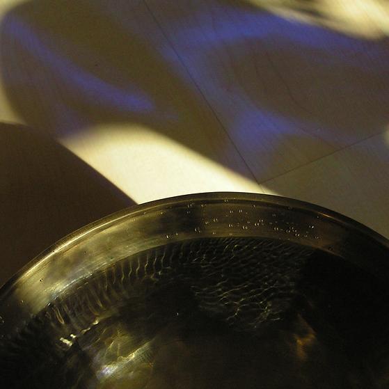 Klangschale mit Wassr lilafarbenem Licht als Cover für die Sound Healing Meditation Der Fluss Sanagra & Klangschalen