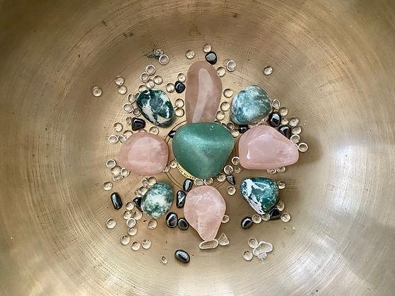 Grüne und rosafarbene Edelsteine für dieSound Healing Meditation Chakra Heilung für das Herzchakra