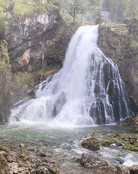 Ein großer Wasserfall als Cover für die Sound Healing Meditation Wasserfall & Klangschalen