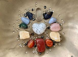 Edelsteine in den Farben der Chakren für die Sound Meditation zur Heilung der Chakras