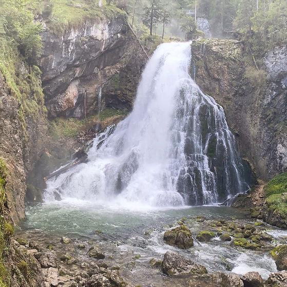 Ein großer und starker Wasserfall als Cover für die Sound Healing Meditation Waterfall active