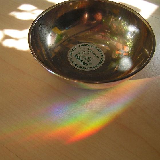 Silberne Klangschale auf hellem Holzuntergrund als Cover der Sound Healing Meditation für den Kopf