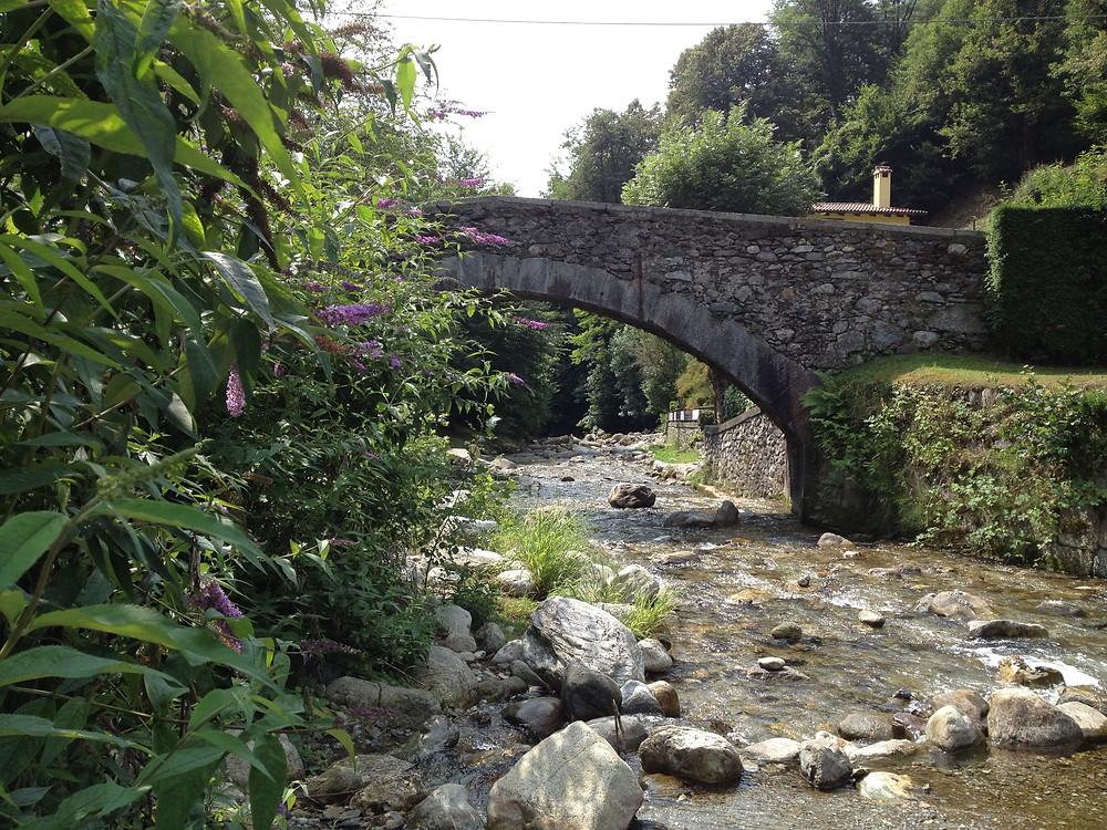 Alte Steinbrücke über einem Fluss als Enstehungsort dieser Klangmeditation nach den Lehre von Eckhart Tolle