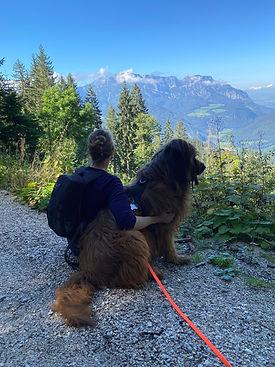 Petra Schilske von Sound of Healing Arts und ihr Hund Grisou in den Bergen
