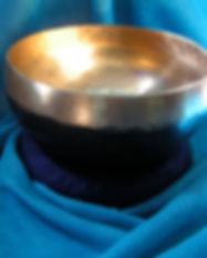 Bengali Kangschale mit Wasser gefüllt auf türkisfarbenem Tuc