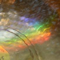 Aufnahme vom Boden einer mit Wasser gefüllten Klangschale mit Regenbogen aus Licht als Cover für die Klangschalen Meditation Chakrameditation / Meditation für die Chakren / Chakras