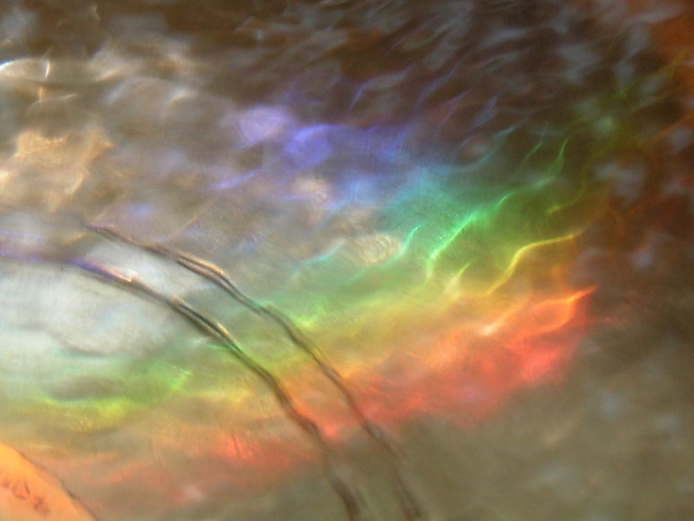 Regenbogen als Zeichen für die Chakras am Boden einer Klangschale