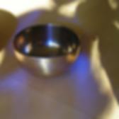 Silberfarbene Klangschale in lilafarbenem Licht