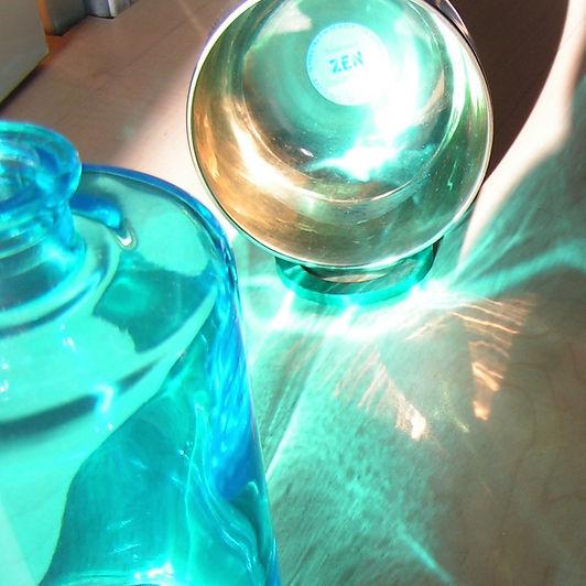 Silberne Klangschale in türkisem Licht als Cover für die Klangmeditation Get your Energy back!