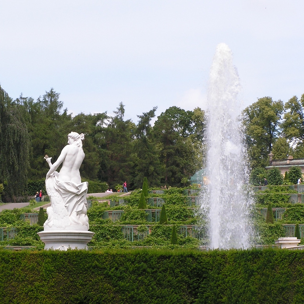 Weibliche Statue und Fontaine eines Springbrunnens im Park Sanssouci