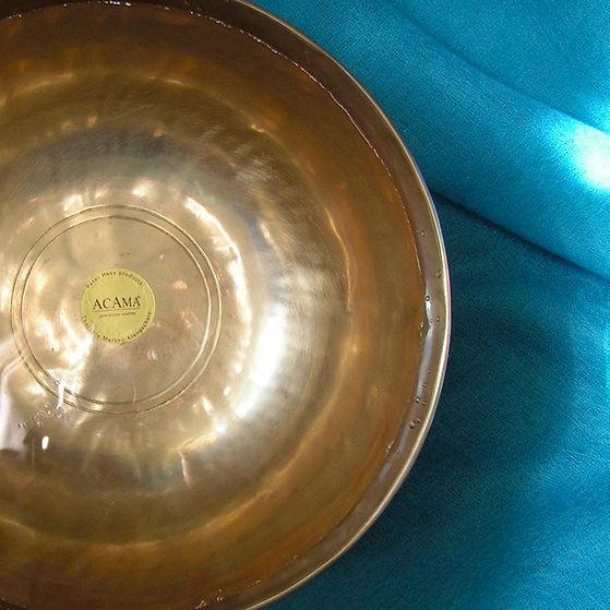 Klangschale auf hellblaubem Tuch als Cover für die Klangmeditation Muskelentspannung