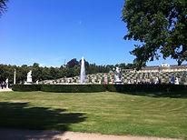 Der Park Sanssouci mit dem Schloss, Terrassen und einem Springbrunnen vor einem strahlend blauen Himmel als Cover für die Klangmeditation Der magische Park