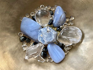 Hellblauer Chalcedon und Bergkristalle in einer Klangschale zur Heilung und Aktivierung des Halschakras