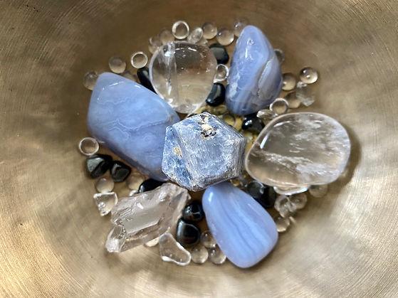 Blaue Edelsteine und Bergkristalle für die Chakra Heilung Meditation für das Halschakra