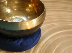 Klangschale in Kreisen aus Licht als Cover für die Klangmeditation Die Energie und der Fluss des Geldes