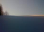 Weiße Winterlandschaft mit Himmel und ein paar Bäumen am Horizont