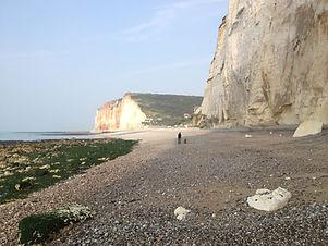 Strand & Meer vor hohen, weißen Felsen als Cover für die Naturaufnahme Der Klang des Meeres Normandie