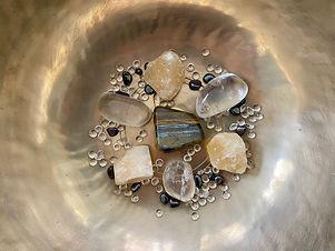 Gelbe Citrin Steine und Bergkristalle in einer Klangschale zur Aktivierung und Heilung des Solarplexuschakras