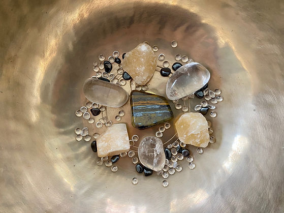 Gelbe Calcite und Bergkristalle für die Sound Healing Meditation Chakra Heilung für das Solarplexuschakra