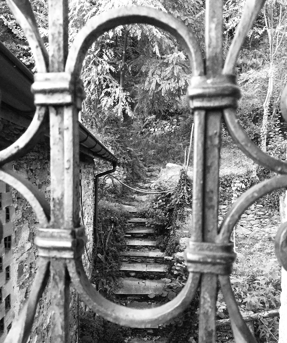Gitter vor einem Weg aus Treppen ins Unbekannte