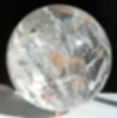 Kugel aus Bergkristall vor schwarzfarbenem Hintergrund