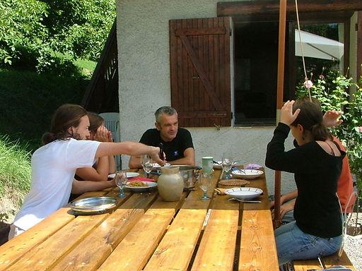 Abeille Saint-Michel (Albertville, Marthod) : la table extérieure.
