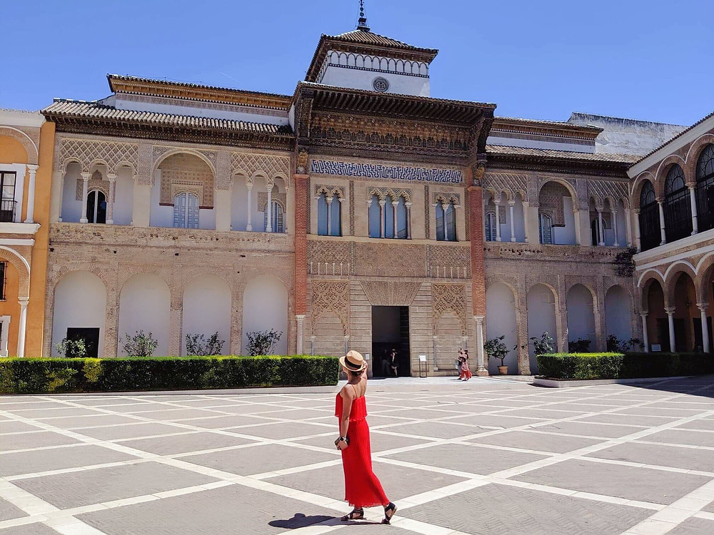 Courtyard at the entrance of the Royal Alcazar. Girl blogger travel to Spain