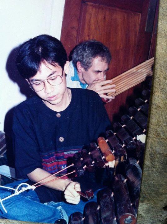 วงโปงลางโซแอส ปี 1990 ฝรั่งข้างหลังที่เป่าแคนคืออาจารย์เดวิด ฮิวทช์ Dr
