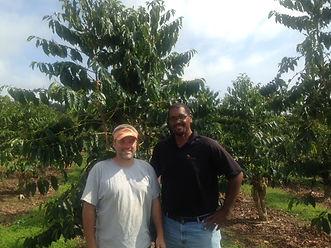 hawaii左側が農園主のRich氏、右側が輸出業者のRalph氏.JPG