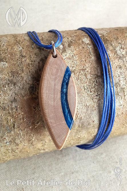 Pendentif « Bois et courbe d'eau » #1 - Collection « Océan » (Vue de face, sur bois)