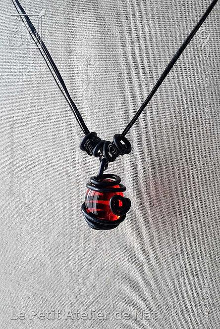 Collier « El Corazón » Rouge Orange - v2 (Vue inclinée)