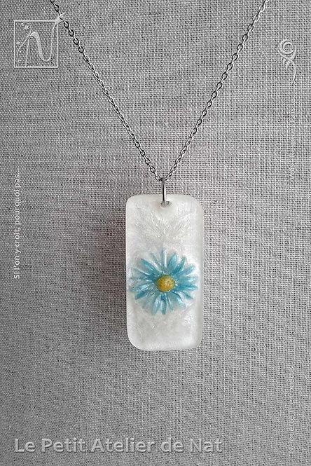 Collier « Lueur de fleur » n°2 : Pendentif blanc nacré avec marguerite bleu phosphorescente (Vue de face)