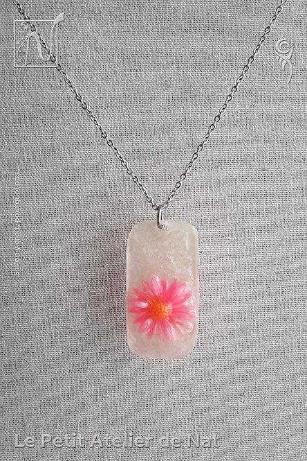 Collier « Lueur de fleur » n°1 : Pendentif blanc nacré avec marguerite rose fluo, phosphorescente (Vue de face)