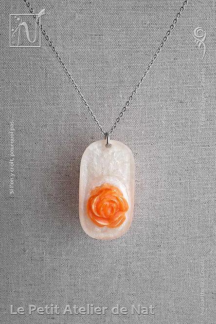 Collier « La Rose » Orange n°1 : Pendentif blanc nacré avec une rose orange fluo (Vue de face)