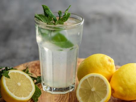 Acqua e limone: alleato naturale della salute o una moda dannosa?