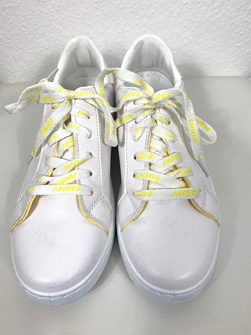 Weisse Sneaker mit gelben Rändern