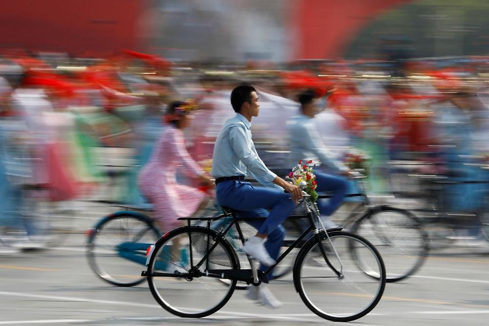 china bicicleta desfile militar conmemora celebra aniversario republica 70 años comunismo